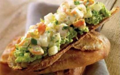 Tartine cu creveți, pere și cremă de avocado
