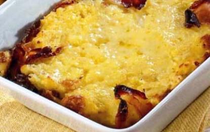 Budincă de cartofi cu șuncă, brânză și cârnați
