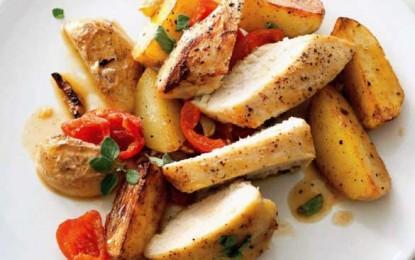 Piept de pui picant cu cartofi noi, usturoi și ardei gras