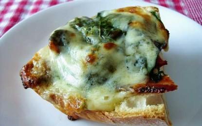 Pâine prăjită cu legume și brânză