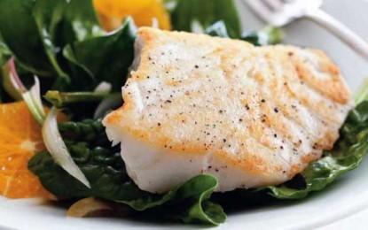 Pește alb cu spanac, portocale și măsline verzi