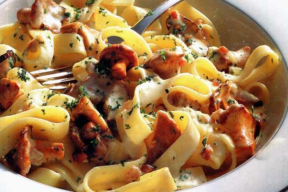 Tagliatelle cu ciuperci, smântână și costiță