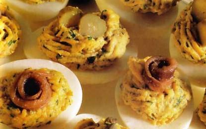 Ouă umplute cu hamsii, capere, castraveciori în oțet și verdețuri
