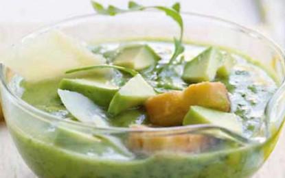Supă cremă rece de avocado, rucola și parmezan