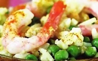 Salată tailandeză de orez cu creveți și curry
