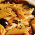Paste cu ardei copți, sos de vin și măsline