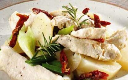 Salată de cartofi cu piept de pui și roșii uscate
