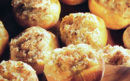 Piersici umplute cu migdale și amaretti, la cuptor, cu sos de vin