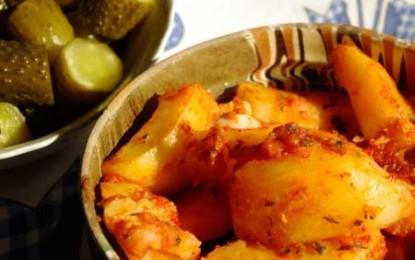 Cartofi la cuptor cu usturoi și sos de roșii