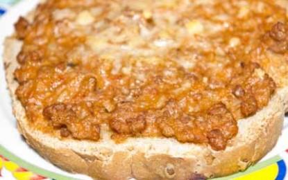 Tartine calde cu carne la cuptor