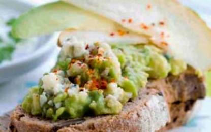 Tartine cu pere, cremă de avocado și Roquefort