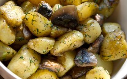 Cartofi noi cu ciuperci și usturoi
