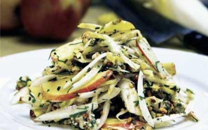 Salată de andive, mere, nuci și roquefort