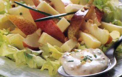 Salată de pere cu nuci, cașcaval și maioneză