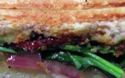 Sandvici cu spanac, avocado și roșii uscate