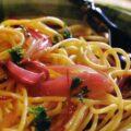 Spaghete cu sos de vin si ceapa rosie