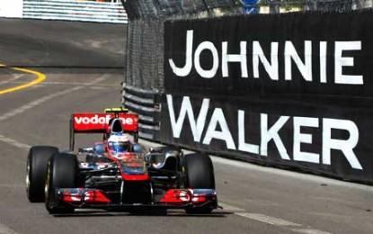 Jenson Button lasă puțin volanul și pune mâna pe pahar