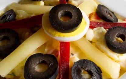 Salată de cartofi cu șuncă presată, castraveți murați și maioneză