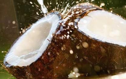 Apa de cocos, o nouă gogoașă umflată cu pompa