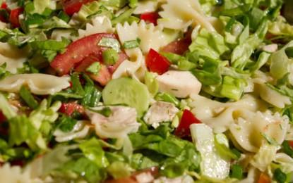 Salată de pui cu paste și legume
